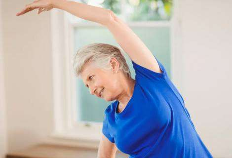 Este es el ejercicio físico más adecuado para personas mayores durante el confinamiento