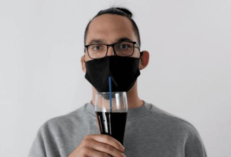 Por qué beber con pajita puede ser clave para frenar los contagios
